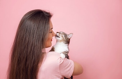 do cats know their owners face?